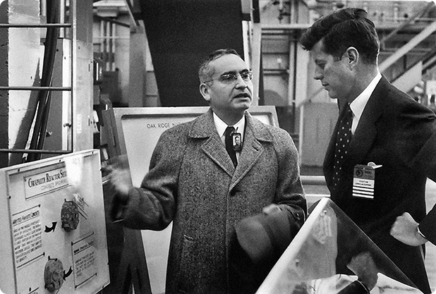 Senatorul John F. Kennedy urmăreşte expunerea susţinută de Alvin Weinberg (1959)
