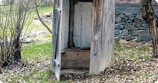 Cu WC-ul în fundul curții, ca acum 100 de ani